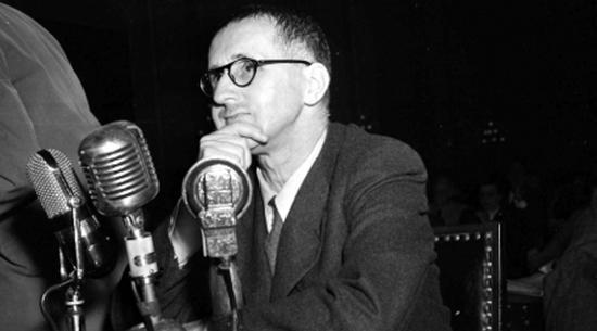 O dramaturgo alemão Bertolt Brecht depõe nos Estados Unidos