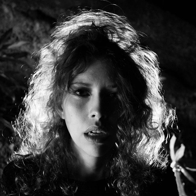 Cantora Deh Mussulini lança o disco Varanda Aberta