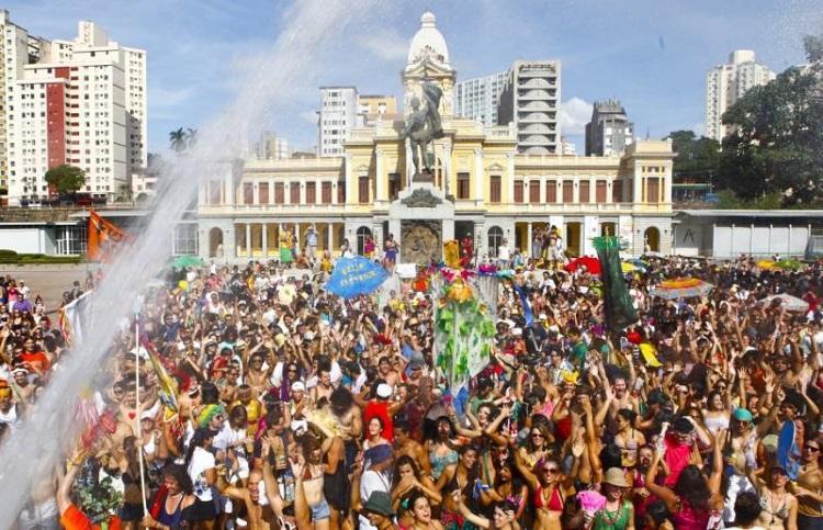 Festa na capital mineira reúne vários foliões