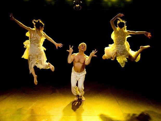 Antônio Nóbrega e dançarinas