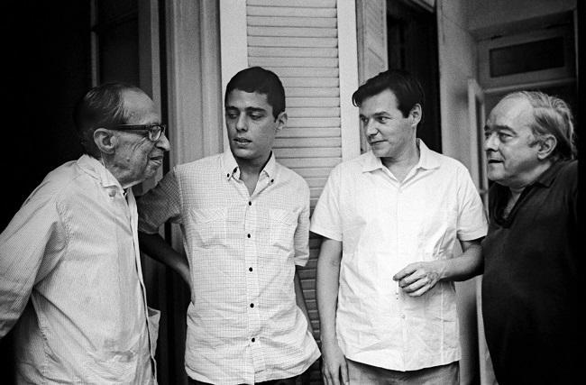 Chico Buarque cercado por Manuel Bandeira, Vinicius de Moraes e Tom Jobim